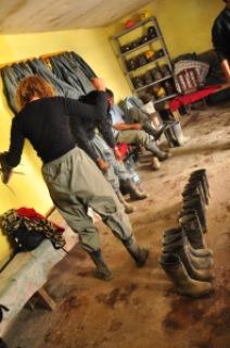 Essayage des tenues pour descendre dans la mine de Potosi